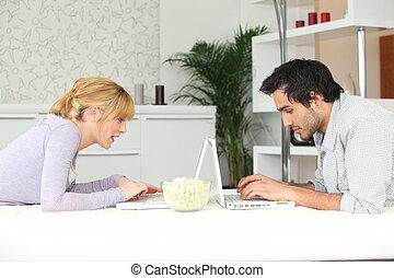 pareja, cara, computador portatil, joven, sentado
