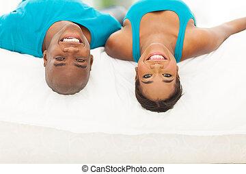 pareja, casado, Cama, norteamericano,  Afro, acostado