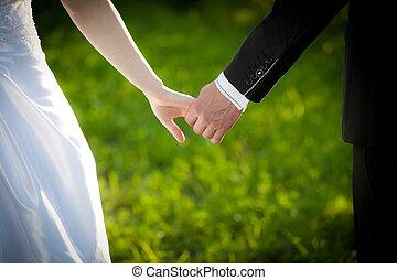 pareja, casado, joven, manos de valor en cartera