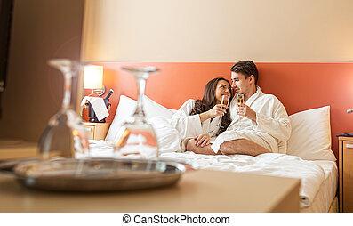 pareja, champaña, sonriente, cama, anteojos