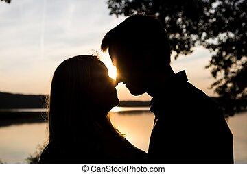 pareja, cielo, abrazar, siluetas, ocaso, contra
