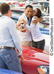 pareja, cobrar, coche nuevo, de, vendedor