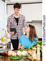 pareja, cocina, con, ebook