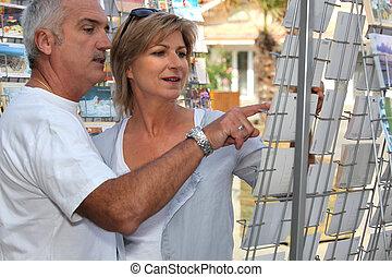 pareja, compra, postales