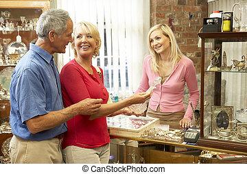 pareja, compras, en, tienda antigua