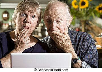 pareja, computadora de computadora portátil, perplejo, 3º...