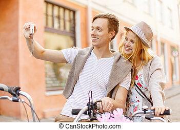pareja, con, bicycles, cautivadora foto, con, cámara