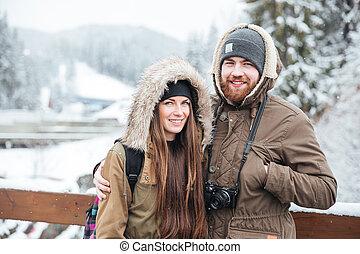 pareja, con, cámara fotográfica de la foto, en, invierno, recurso montaña