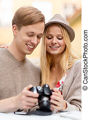 pareja, con, cámara fotográfica de la foto