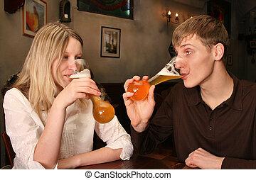 pareja, con, cerveza, en, barra