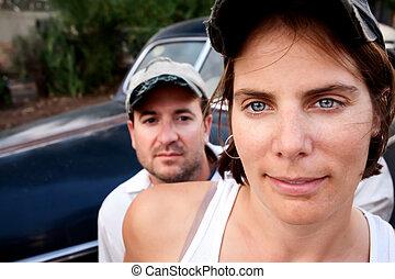 pareja, con, coche de la vendimia