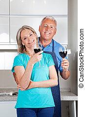 pareja, con, gafas vino