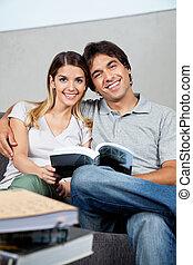 pareja, con, libro