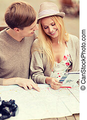 pareja, con, mapa, cámara, y, viajeros, guía