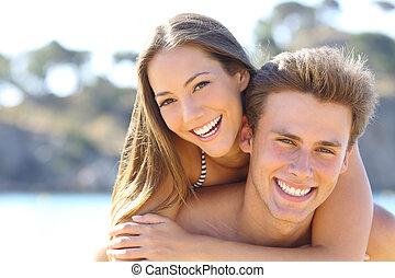 pareja, con, perfecto, sonrisa, posar, en la playa