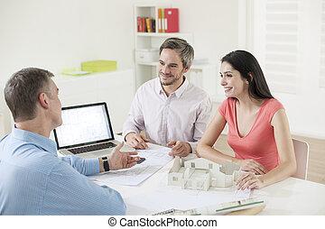 pareja, construcción, reunión, joven, planificador