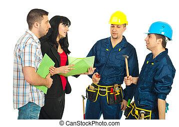 pareja, conversación, con, trabajadores, equipo