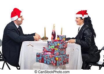 pareja, conversación, en, cena de navidad, tabla