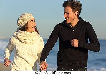 pareja, corriente, en la playa, en, invierno