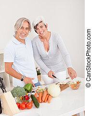 pareja, cuarentón, preparando, comida