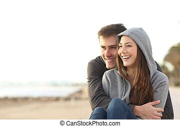 pareja, de, feliz, adolescentes, el mirar lejos, en la playa