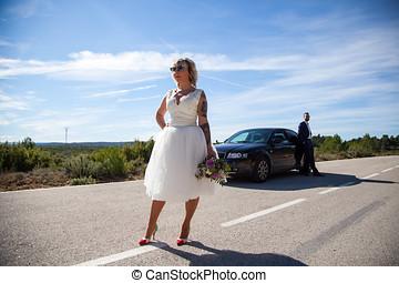 pareja, de, recién casados, parado, con, el, coche, en, un,...