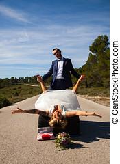 pareja, de, recién casados, postura, con, un, sofá, en el...