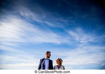 pareja, de, recién casados, postura, juntos, debajo, un,...