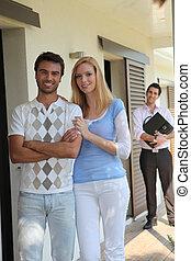 pareja, decidir, para comprar, casa