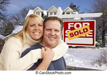 pareja, delante de, casa nueva, y, signo bienes raíces