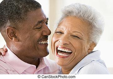 pareja, dentro, reír, relajante