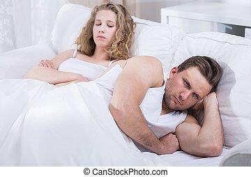 pareja, discusión, en cama