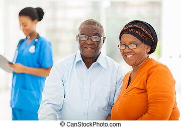 pareja, doctors, 3º edad, oficina, africano