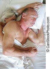 pareja, dormido, cama, más viejo