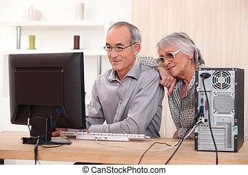 pareja edad avanzada, aprendizaje, computadora, habilidades
