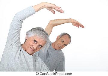 pareja edad avanzada, calentamiento