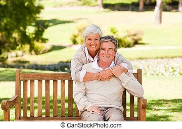 pareja edad avanzada, en el parque