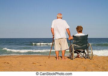 pareja edad avanzada, en, playa