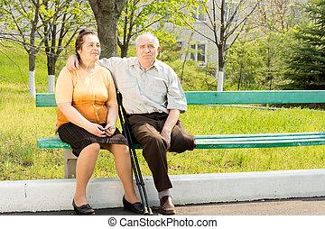 pareja edad avanzada, en, un, banca de parque