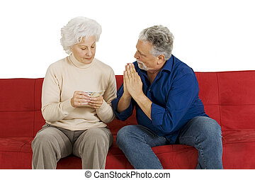 pareja edad avanzada, sofá, con, dinero, en, mano