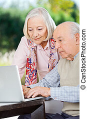 pareja edad avanzada, usar la computadora portátil