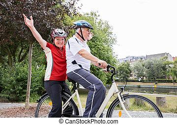 pareja, el gozar, paseo, en, bicicleta