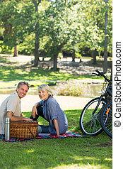 pareja, el gozar, picnic, en el estacionamiento
