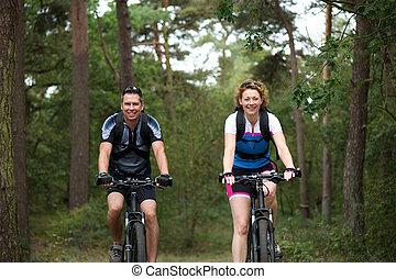 pareja, el gozar, un, paseo de la bici, en, naturaleza