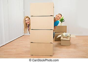 pareja, el mirar con fijeza, cajas, atrás