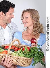 pareja, el mirar en, cada, otro, ojos, con, vegetal, basket.