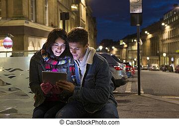 pareja, el mirar, tableta de digital, en la ciudad