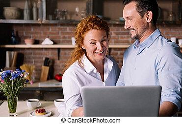pareja, el mirar, tableta, y, hablar
