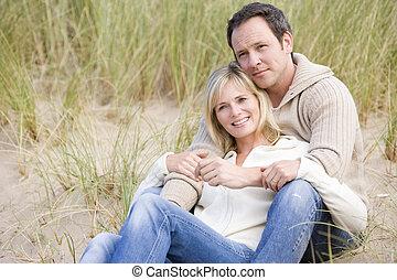 pareja, el sentarse en la playa, sonriente