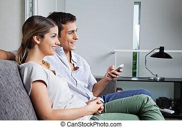 pareja, el sentarse junto, en, sofá